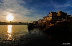 Pôr do sol na cidade do Porto, em Portugal.