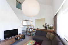 ソファに合わせて造作家具の寸法を決めている。ソファでふさいでいる扉付き収納には、納戸の奥に仕舞うような使用頻度の低いものを収納。
