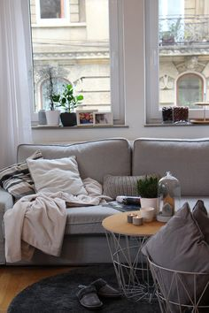 Dezemberabend   SoLebIch.de - Foto von Mitglied Mirela #solebich #interior #einrichtung #inneneinrichtung #deko #decor #wohnzimmer #livingroom #parlor #lounge #sofa #couch #wirebasket #glasglockebell #kissen #sidetable #coffetable