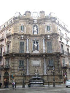 Não é uma intervenção recente, mas em Palermo na Sicília é possível encontrar esquinas que estão equipadas com fontes e obras de arte. Mostrando que há muito tempo os moradores de cidades já valorizavam o grande ponto de encontro que as esquinas podem ser.