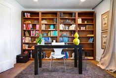 Estante com livros: cores separadas por nichos do móvel