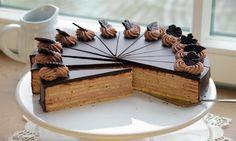 Eine Schokoladentorte mit einer Buttercreme für festliche Anlässe