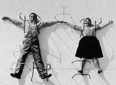 Charles & Ray Eames lernten sich an der Cranbrook Academy kennen und heirateten wenig später. Sie gab ihm Poesie und er ihr Technik. Zusammen waren Sie das einflussreicheste Designerpaar aller Zeiten. Sie brachten Hollywood-Flair in die Möbelszene und kreierten Möbel aus den damals fortschrittlichsten Materialien: Schichtholz, Fiberglas und Aluminium. http://www.connox.de/designer/charles-ray-eames.html?p=100465=designer