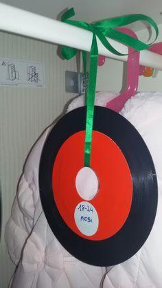 Vinili 45 giri trasformati in segna taglie per l'armadio - Vinyls become size markets