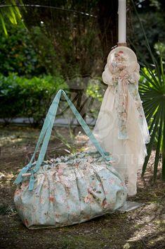 Σετ βάπτισης για κορίτσι ρομαντικό με vintage υφασμάτινη τσάντα και ασορτί λαμπάδα