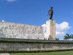 Discover Che Guevara Mausoleum in Santa Clara, Cuba: This imposing memorial contains the remains of Che Guevara — and 29 other guerrillas who died with him in Bolivia. Havana Beach, Havana Cuba, Fidel Castro, Cuba Santa Clara, Trinidad, Places To Travel, Places To See, Villa Clara, Ernesto Che Guevara