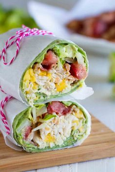 The 61 Most Delish Wraps Shredded chicken, mango, avocado and bacon are the stars in this easy California Club Chicken Wrap that is perfect for a weeknight. Lunch Snacks, Clean Eating Snacks, Healthy Eating, Lunch Meals, Protein Wraps, Protein Lunch, High Protein, Healthy Wraps, Veggie Wraps