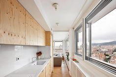 Marzua: El arquitecto Gustau Gili reforma un ático destacando la luz óptima y la belleza de los materiales.