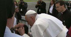 Papa Francisco sai de carro para abençoar menino em cadeira de rodas http://charqueadashistoria.blogspot.com.br/