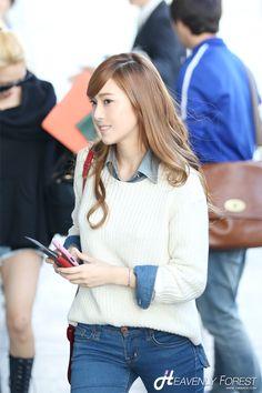 http://okpopgirls.rebzombie.com/wp-content/uploads/2012/10/SNSD-Jessica-airport-fashion-oct-28-2-6.jpg