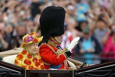 Rainha Elizabeth usa roupa 'chroma key' e internet não perdoa - Famosos - CAPRICHO