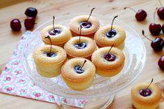 Une recette ultra-simple à faire pour mettre en valeur les jolies cerises de saison... Amandes et cerises forment un joli duo. On en profite pour préparer ces petites douceurs à servir avec une glace ou un café gourmand.