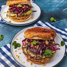 🦐Schon mal ein Garnelen Patty gegrillt? Das ist ein Rezept aus meinem neuen Kochbuch und ich habe es für euch auf meinen Blog geladen! Schaut vorbei und vor allem kauft mein Buch 😂😘 • • • • • • #avocadobanane #cookbook #foodblogger #bbq #grill #grilling #tischgrill #indoorbbq #summer #love #hungry #scampi #shrimp #prawn #burger #burgerporn #burgerlove  #prawns #cooking #cook #instafood #foodie #love #avocadobanane #juicy #mediumrare #bbqporn #bbq  #R Avocado, Scampi, Foodblogger, Salmon Burgers, Bbq, Ethnic Recipes, Summer, Banana, Kitchen Contemporary