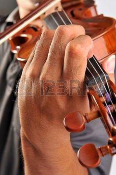 Viool is in handen van professionele violiste  Stockfoto
