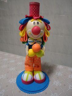 Esse simpático palhacinho é o Cisco, ele é bem alegre, adora divertir a criançada e até adultos. Atualmente ele decora as festas do tema circo do Buffet Maibi. Ele mede 30 cm de altura. R$30,00