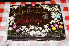Pastel relleno de nata c/fresa y dulce de leche con nueces picadas, decorada con baño de chocolate, chocolate blanco rallado, flores de azúcar y perlas plateadas