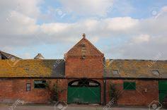 2080216-Redbrick-farmhouse-with-green-doors-in-England-Stock-Photo.jpg (1300×864)
