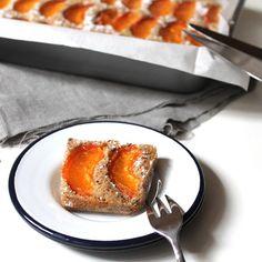Sur le blog, c'est l'heure du goûter ! Qui veut une part de financier aux abricots frais et noisette ?