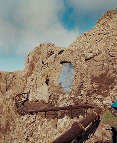 Partez avec nous sur les traces de l'artiste César Manrique, qui a œuvré vingt ans durant pour faire de la très volcanique et lunaire île de Lanzarote, aux Canaries, un projet artistique sans limites. Au Mirador del Río, la falaise, percée de grandes baies vitrées, est longée par une promenade, avec garde-fou, qui épouse les caprices de la roche. © Martin Bruno