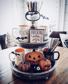 Try these exciting Halloween home decor ideas to bring in the creepy & spooky effect in your home for Halloween. These are all DIY Halloween Decor ideas. Diy Halloween, Adornos Halloween, Manualidades Halloween, Spooky Halloween Decorations, Halloween Home Decor, Holidays Halloween, Halloween Treats, Happy Halloween, Vintage Halloween