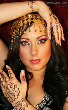 dance makeup Dramatic and sexy, this Bollywood look is great for a fun night out! Bollywood Party, Bollywood Fashion, Bollywood Style, Bollywood Bridal, Belly Dance Makeup, Gypsy Makeup, Fete Halloween, Gypsy Halloween Costumes, Halloween Ideas