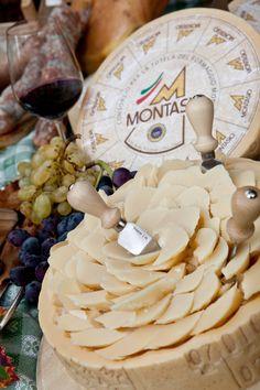 Montasio cheese Queso Cheese, Wine Cheese, K Food, Wine Food, Wine Buffet, Croatian Cuisine, Italian Street Food, Cheese Display, Cheese Party