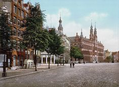 Tot slot zie je hier het vroegere Amsterdamse postkantoor achter de Dam. Op die plek zit nu het winkelcentrum Magna Plaza.