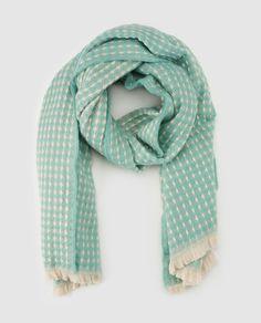 Bufanda bicolor en tono verde menta y beige con trabajo fantasía