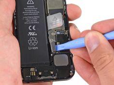 3. Brug et plastikåbningsværktøj og lirk batterikontakten op fra sokkelen på hovedkortet. Iphone 5, Walkie Talkie, Mp3 Player, Personalized Items, Om, Wees, Aperture