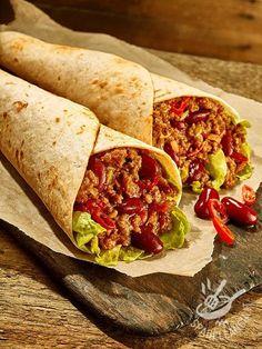 Wrap alla messicana: tortilla ripiena con fagioli rossi, macinato di manzo, peperone, salsa, lattuga e cipolla. Il tutto speziato da peperoncino e paprika.