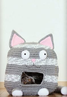 7 Purrfect DIY Crafts for Cats And Their Humans ⋆ Handmade Charlotte Knitting Projects, Crochet Projects, Knitting Patterns, Crochet Patterns, Diy Projects, Diy Crochet Cat, Gato Crochet, Cat Crafts, Diy Stuffed Animals