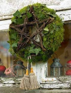 Âme vagabonde Moss wreath with wooden star . very natural . Noel Christmas, Christmas Fashion, Winter Christmas, Christmas Wreaths, Christmas Crafts, Christmas Decorations, Xmas, Holiday Decor, Advent Wreath