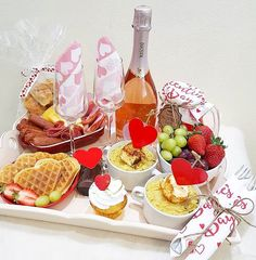 Breakfast Basket, Doctor Cake, Romantic Breakfast, Minnie Mouse Birthday Decorations, Valentines Breakfast, Cute Boyfriend Gifts, Food Hampers, Y Food, Blue Cakes