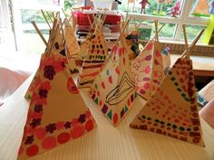 tepee en papier kraft et graphisme Indian Party Themes, Indian Theme, Native American Projects, Art For Kids, Crafts For Kids, Wild West Theme, November Crafts, Arte Tribal, School Themes