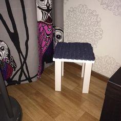 Jakkara ja pehmuste (Sannimaari Savelainen) Stool, Woodworking, Textiles, Blanket, Crafts, Diy, Furniture, Home Decor, Peda