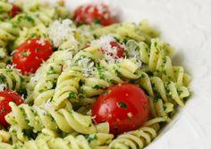 Ensalada de pasta con salsa pesto