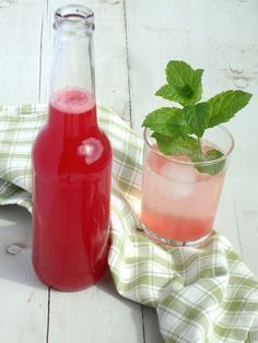 Legendary Make rhubarb syrup your self Fancy Drinks, Summer Drinks, Cocktail Drinks, Cocktails, Fruit Drinks, Non Alcoholic Drinks, Healthy Drinks, Pumpkin Spice Cookie Recipe, Glace Fruit