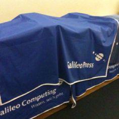 """Was sich wohl nun alles unter der Abdeckung befindet?! Morgen lüften wir das """"Geheimnis"""". Droidcon 2012 - Standaufbau abgeschlossen - Galileo Computing"""