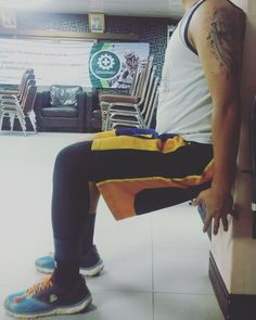 WALL SIT is an exercise done to strengthen the quadriceps muscles.  Do workout wherever you are.. #jangankasihkendor #7minutesworkout #wallsit #leaguerunning #leaguevolans #leagueworld #lpsupportindonesia #lpembioz #offshorelife by krist_krdana