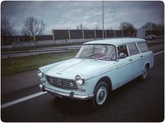 on the road. 404 familiale ( 1964) © !nge Noordijk).