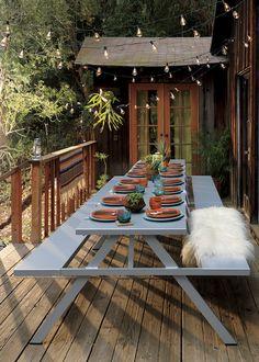 table pique nique en bois avec guirlande lumineuse vintage