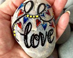 Geschilderde Rock (zee steen) van kabeljauw van de Kaap. Kalligrafie.  Vreugde! Tuimelde over oceaan golven...  Brengen een stuk van de oever binnenshuis...  Een mooie vorm, kussen-Hoofdpagina bijna ovale zee steen.  Kleuren van turkoois, zwart, rood en roze, met kleine witte stippen tinten worden opgebouwd met lagen van waterbestendig glazuur inkten.  Dit beschilderde zee steen plaatsen waar u het vaak zult zien. Houd hem in je hand. Een prachtige steen te houden terwijl een gebed zeggen of…