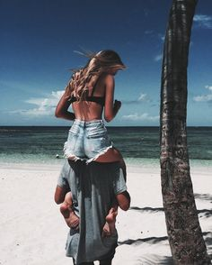 Couple on the beach --> Love  Pinterest: @FlorrieMorrie00 Instagram: @flxxr_