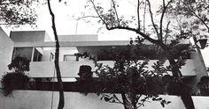 Vista de la fachada posterior, Casa en Las Flores (o Casa Tlacopac), Las Flores 278, Los Alpes, Álvaro Obregón, México, DF 1964 (remodelado)  Arq. David Muñoz Suarez -  View of the rear facade, House on Las Flores (or Tlacopac House), Las Flores 287, Los Alpes, Alvaro Obregon, Mexico City 1964 (remodeled)