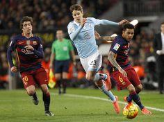 El centrocampista del Celta de Vigo Josep Señé (c) lucha con el defensa brasileño Dani Alves (d), del FC Barcelona.