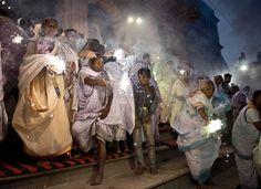 21 de outubro de 2014 viúvas indianas onda sparklers ao participar de uma festa para o festival hindu de Diwali, nas margens do rio Yamuna, na cidade de Vrindavan.