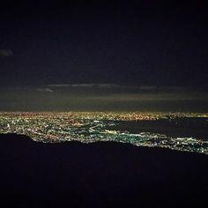 Instagram【iwasyaaaan】さんの写真をピンしています。 《. . 兄の運転で、初めての六甲山へ . 油断の出来ない急カーブの多い坂道 . それを抜けた先に広がる星空は、街の中で見上げるものよりも . 遥かに星の数が多くて綺麗だった . それだけじゃなくて、車を降りて展望台に向かうと . まだ夜明け前だというのに、大阪と兵庫の街が燦然と明るく輝いていた . 海では、いくつもの船が力強い光を放っていて . 長きに渡る人の営みが、この景色を生み出したことに感動した . 残念ながら携帯での撮影は限界があって . 本来そこにあるはずの満天の星空が写っていないのが、とても惜しいかな . もしも、次に来る機会があれば、そのときは一眼レフを用意しなきゃ . #happynewyear#2017#Japan#夜明け前#夜景#大阪#兵庫#六甲山#展望台#絶景#星空#携帯じゃ#写らない#残念#一眼レフ#欲しい#寒い#cold#やばい#l4l#like4like#likeforlike#0101》