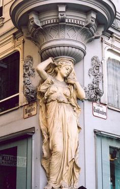 Graben, Vienna. There are so many beautiful women holding up buildings in Vienna. (Why aren't there more here?)