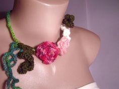 Vând colier cu trandafiri si frunze crosetate,reglabil