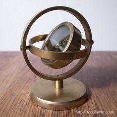 重なる円弧に護られた方位磁石 / Vintage Brass Gimbal Compass on Stand   機能美そのもののフォルムをもつ、英国ヴィンテージのジンバル・コンパス。  #アンティーク,#イギリス,#コンパス,#方位磁石,